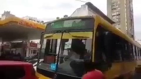 Se viralizó el video de un colectivero que choca a un auto para seguir camino
