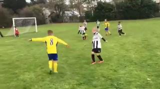 Padre empuja a su hijo de seis años para atajar un gol