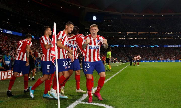Trippier regala su camiseta a una aficionada al finalizar el Atlético-Celta