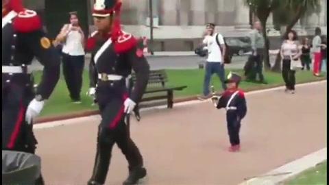 Le cumplieron el sueño al granaderito de Plaza de Mayo
