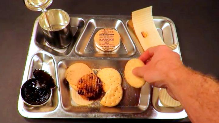 Realt krigsmåltid: Tester mat fra Koreakrigen