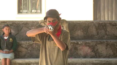 Niños mexicanos aprenden a usar armas largas para defenderse de narcotraficantes