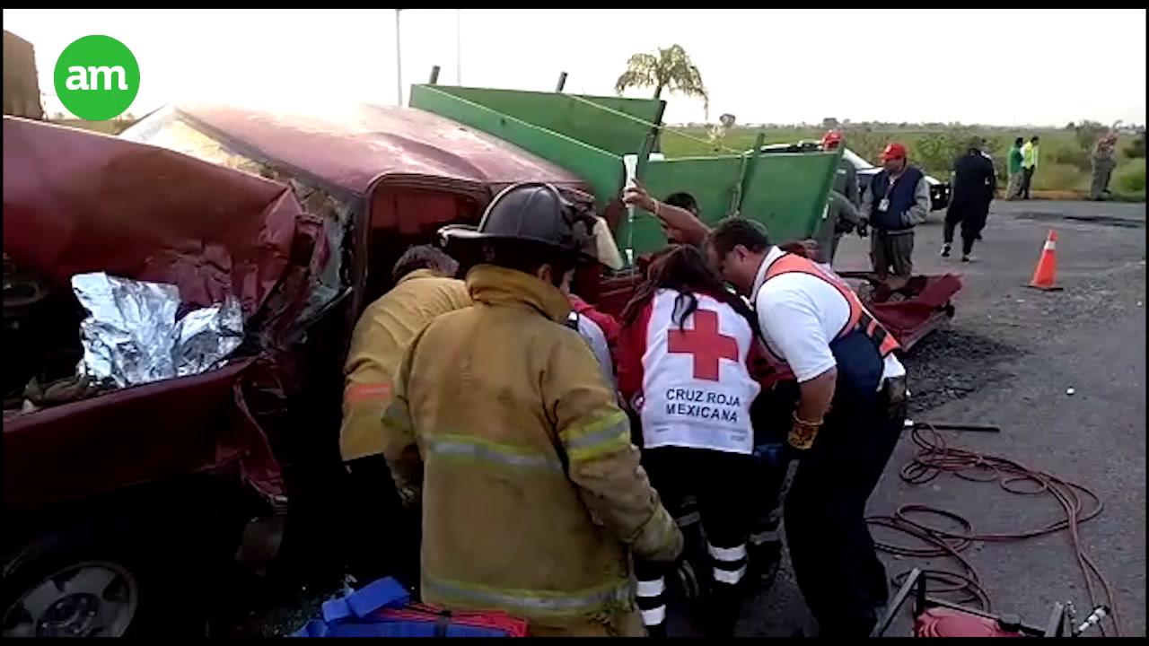 Video: Fuerte choque en la Salamanca-Irapuato, quedan dos prensados