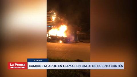 Camioneta arde en llamas en calle de Puerto Cortés.