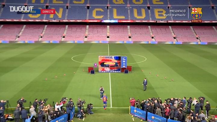 Martin Braithwaite wears Barça shirt for the first time