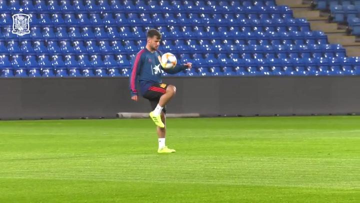 Los malabares de Juan Bernat con Thiago y Rodri con la Selección