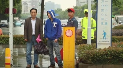 Así castigan en China a los peatones que cruzan el semáforo en rojo