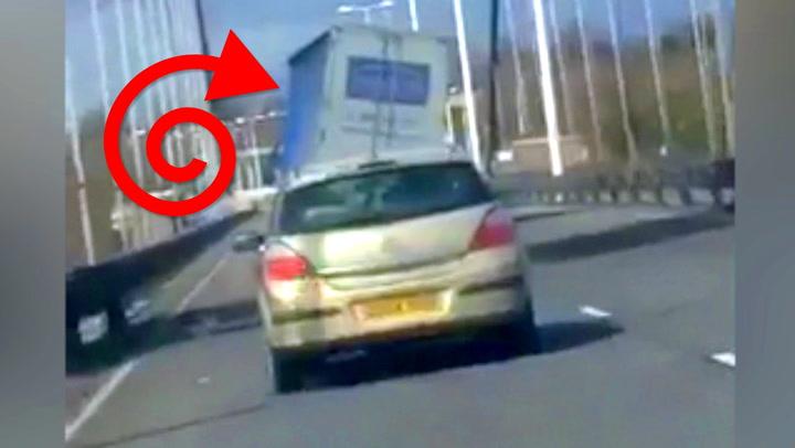 Plutselig blir lastebilen blåst av veibanen