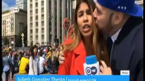 Una reportera es acosada en una transmisión en vivo