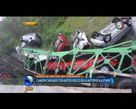 Un camión que transportaba autos cayó de un puente de la autopista a Santa Fe