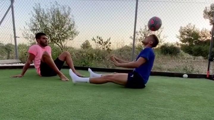 Los hermanos Bartra demuestran gran habilidad con el balón