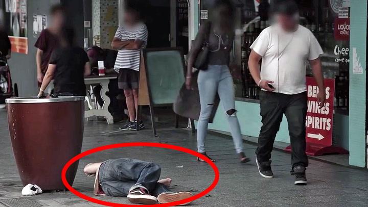 Mannen kollapser på gata – hvem bryr seg nok?
