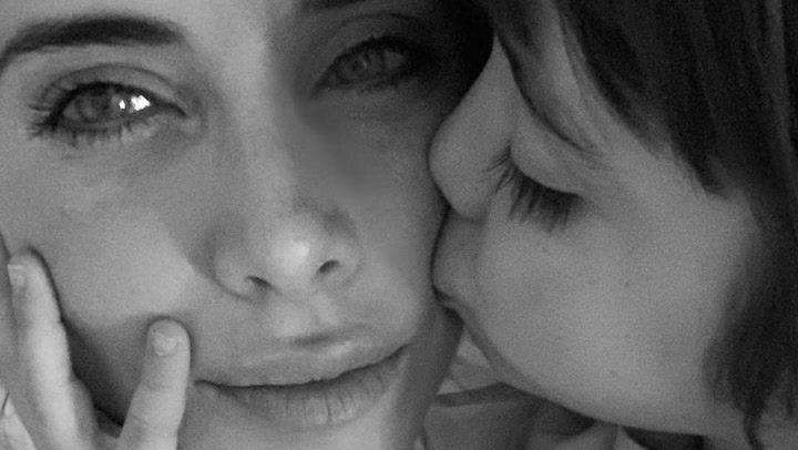 ¡Hora de los mimos! Pilar Rubio presume de \'tripita\' entre abrazos de su hijo mayor, Sergio Jr
