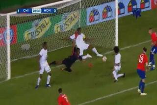 Maynor Figueroa evita el segundo gol de Chile frente a Honduras