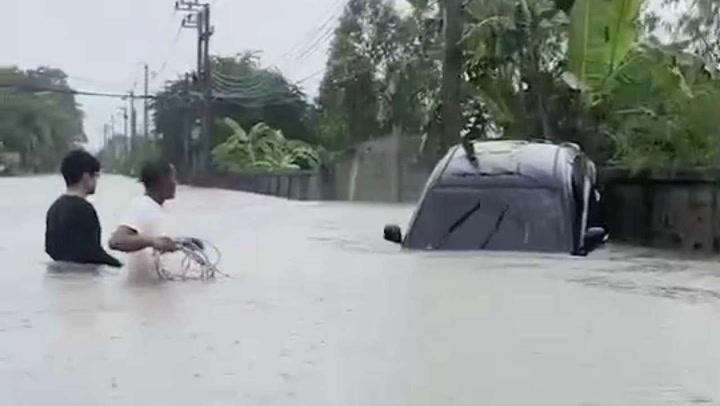 ชาวบ้านชัยภูมิช่วยคนขับเก๋งฝ่าน้ำ สุดท้ายโดนท่วมเกือบมิดคัน