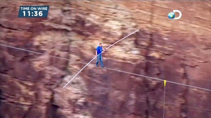Her går han på stram line over Grand Canyon