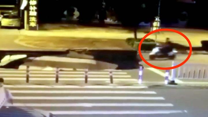 Scooterfører oppslukt av mobilen - ble slukt av digert synkehull