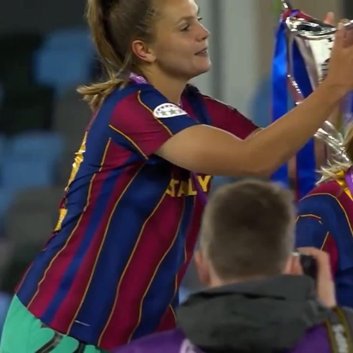 El momento en el que Lieke Martens besa la copa de la Champions League