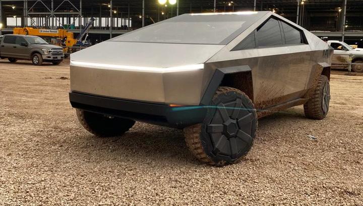 Elon Musk llega en un Tesla Cybertruck a la planta donde se producirá el vehículo