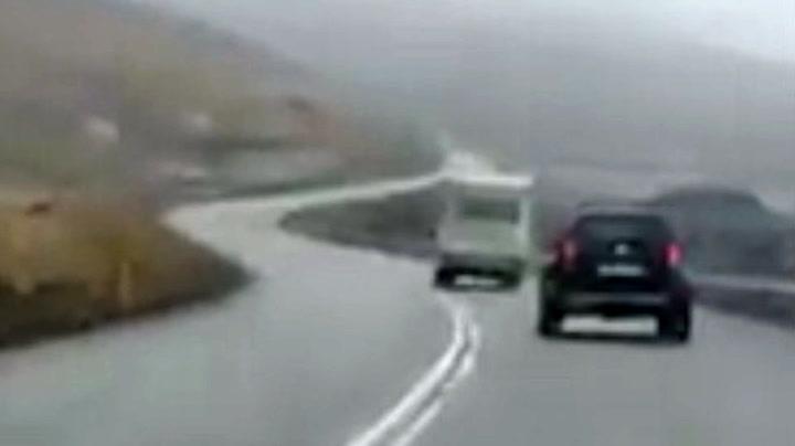 Campingbilen blåste av veien under stormen
