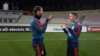 Ramos y Muniaín ensayan el  'tiki-tiki, miau-miau' de Ylenia para celebrar sus goles