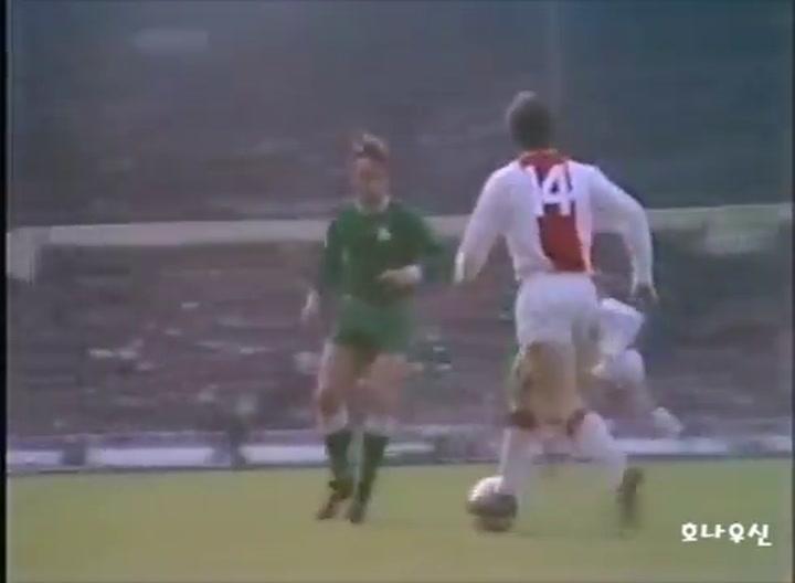 Johan Cruyff, con el Ajax ante el Panathinaikos en la temporada 1970-71