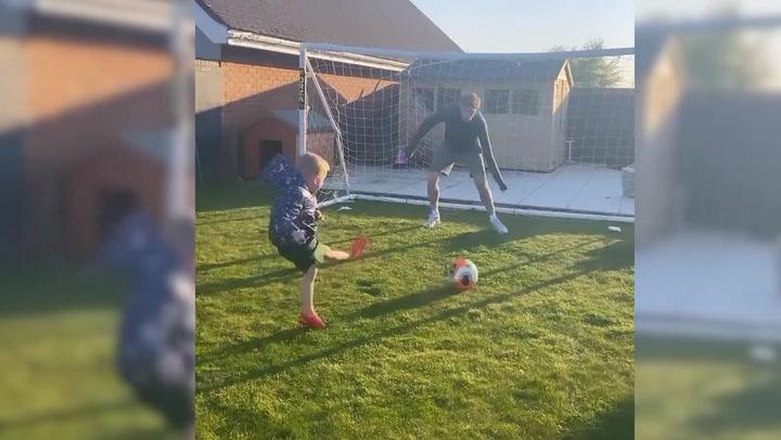 McClean juega a fútbol con sus hijos