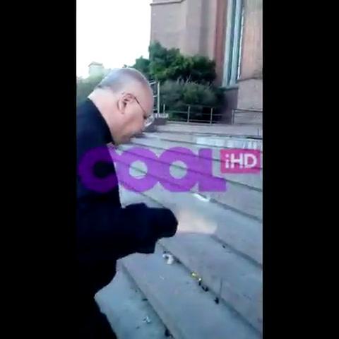 Festejaba su egreso frente a la catedral de La Plata y el cura la sacó a patadas