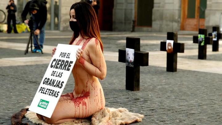 Una activista protesta desnuda contra la industria peletera en Barcelona
