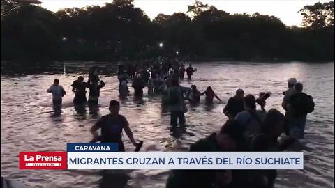 Durante la madrugada de este jueves, integrantes de la caravana migrante cruzaron el río Suchiate para ingresar a México
