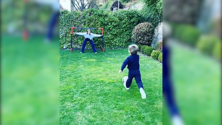 Entre partidos de fútbol y poesías, la apasionante tarde de Amelia Bono con sus niños