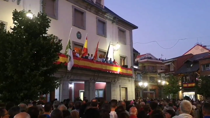 Los vecinos de Cercedilla han dedicado un emotivo minuto de silencio y un largo aplauso a Blanca Fernández Ochoa