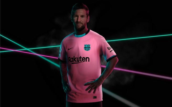 El Barça presenta su tercera camiseta, de color rosa