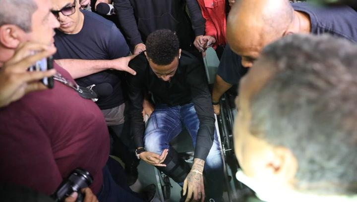 Neymar llega a declarar... ¡en silla de ruedas!
