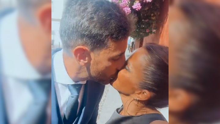 El beso de película de Marta López a su novio policía en la boda de unos amigos