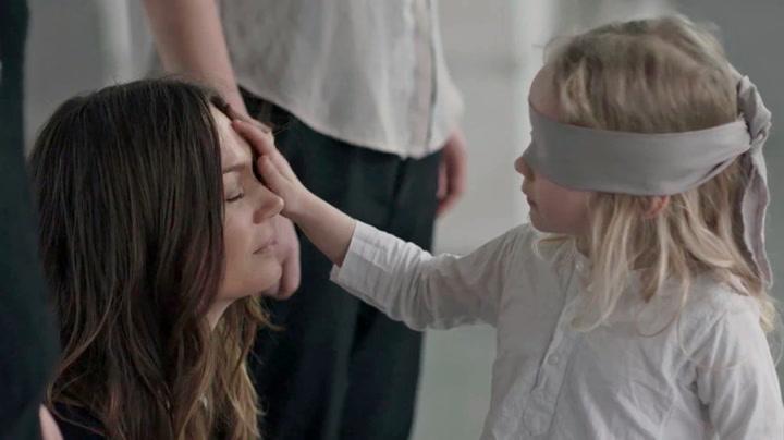 Kjenner hun igjen moren i blinde?