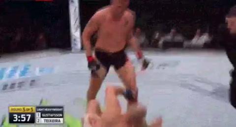 Metió un KO y show romántico en la UFC