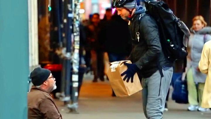 Uteliggeren tror ikke sine egne øyne: – Jeg har en pakke til deg