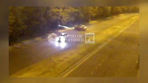 Impactante video del violento choque de un auto contra una columna