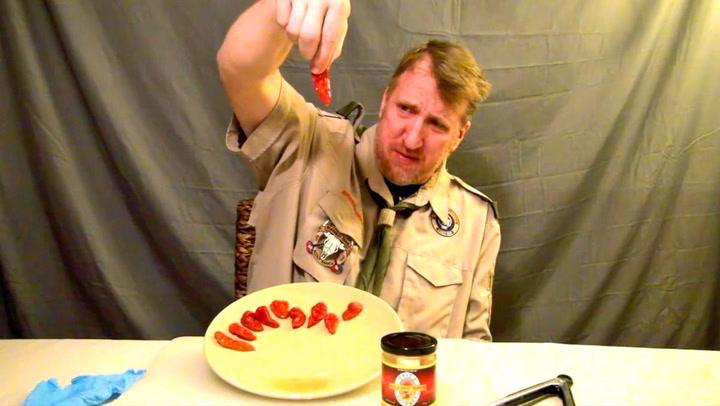 Spiser 23 av verdens sterkeste chilier