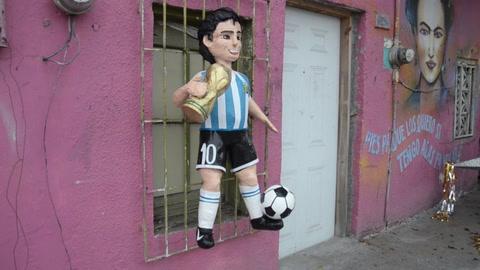 México recuerda a Maradona con una piñata especial