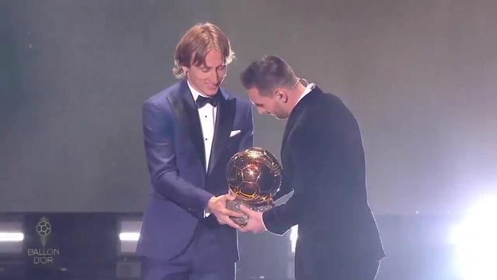 Messi recibió su 6º Balón de Oro de manos de Luka Modric