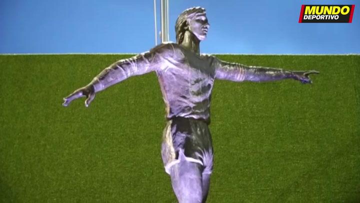 La estatua de Johan Cruyff ha sido inaugurada en la explanada del Camp Nou