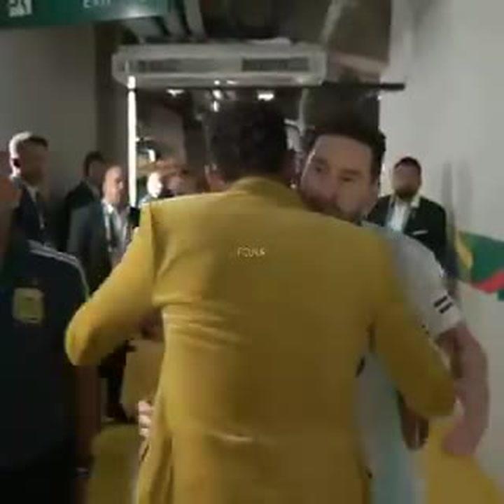 El abrazo de Messi y Neymar, después del Brasil-Argentina