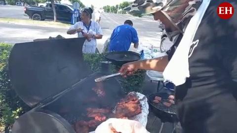 Catrachos disfrutan deliciosa carnita asada afuera del Estadio BBVA en Houston