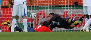 FIFA recuerda espectacular atajada de Noel Valladares a Chile en Sudáfrica 2010