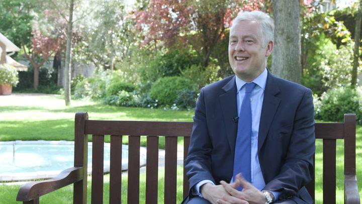 ¿Cómo es recibida Meghan Markle por la Familia Real? ¿y por los ciudadanos? El embajador británico en España lo cuenta a HOLA.com