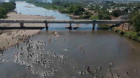 México busca contener una caravana de migrantes que intenta cruzar desde Guatemala