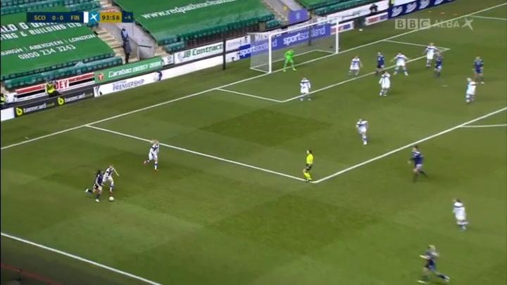 Finlandia elimina a Escocia de la Eurocopa femenina con un gol de fe... ¡con la cara!