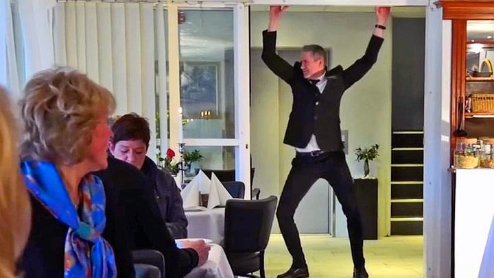 Dansende hotelldirektør stjeler all oppmerksomheten